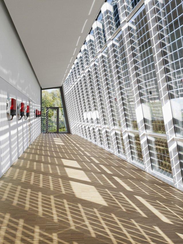 Energiespender und Verschattung in einem: Die Solarfassade der Academy