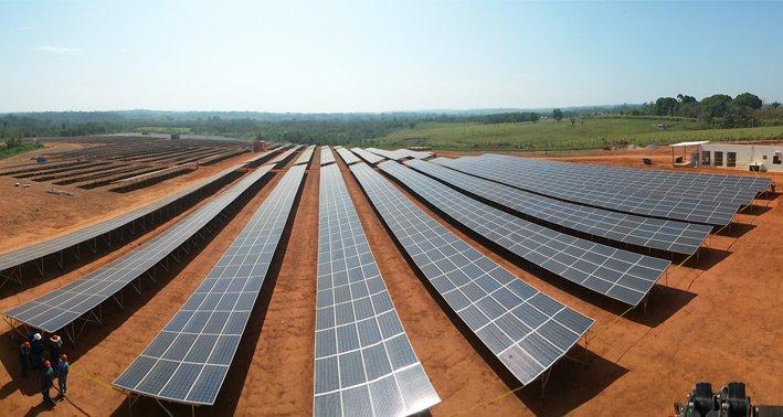 Boliviens Präsident Evo Morales bei der Einweihung des Hybridkraftwerks, daneben der dänische Botschafter Ole Thonke. Dänemark finanziert das Hybridkraftwerk im Rahmen eines Kooperationsvertrags zu 60 Prozent.