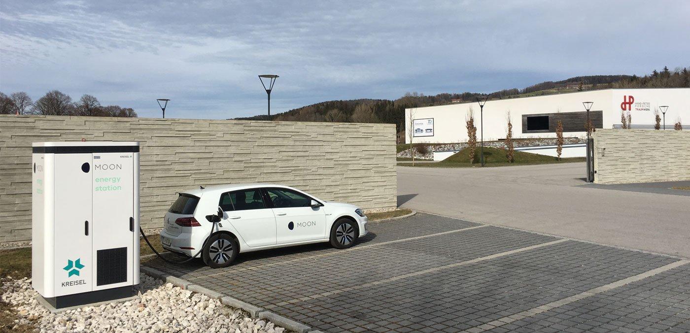 Museumsgäste laden E-Fahrzeuge mit Solarstrom
